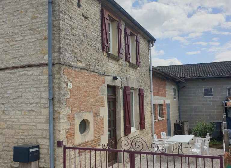 677721_gite_village_cour_avant-rotated